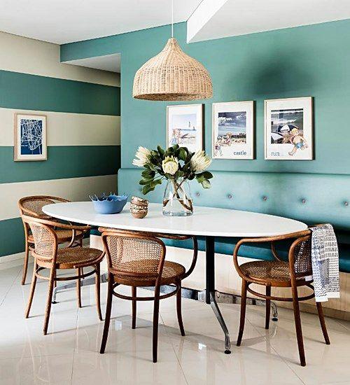 sala de jantar com cadeiras de palhinha.