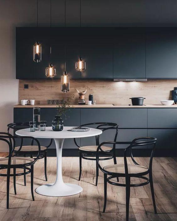 Sala decorada na cor preta com mesa redonda branca.
