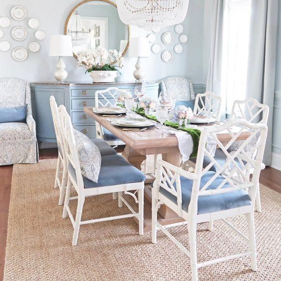 Sala de jantar decorada com artigos vintage em branco e azul.