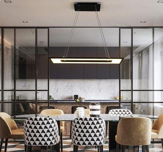 Sala de jantar dividia da cozinha com um muro de vidro.