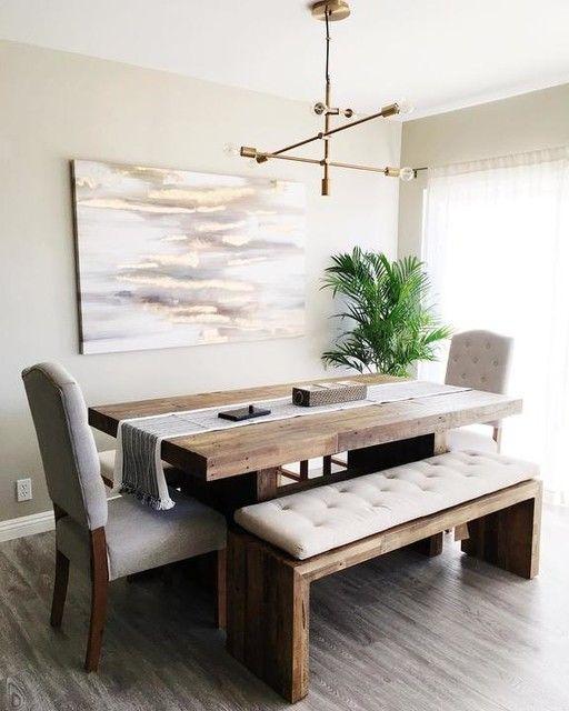 Sala de jantar decorada com bancos estofados combinando com as cadeiras.