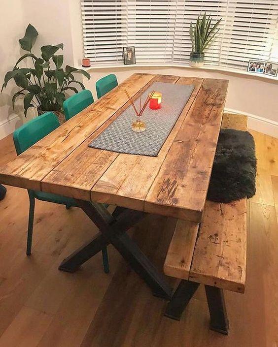 Sala de jantar com mesa e banco rústico.