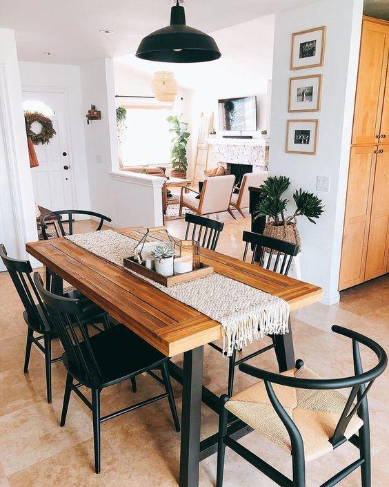 Cadeiras combinando com os pés da mesa de jantar.