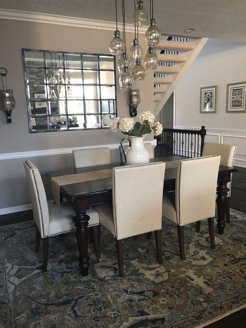 Sala de jantar com oito lustres pratas.