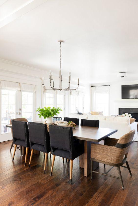 Sala de jantar decorada com dois tipos de cadeiras.