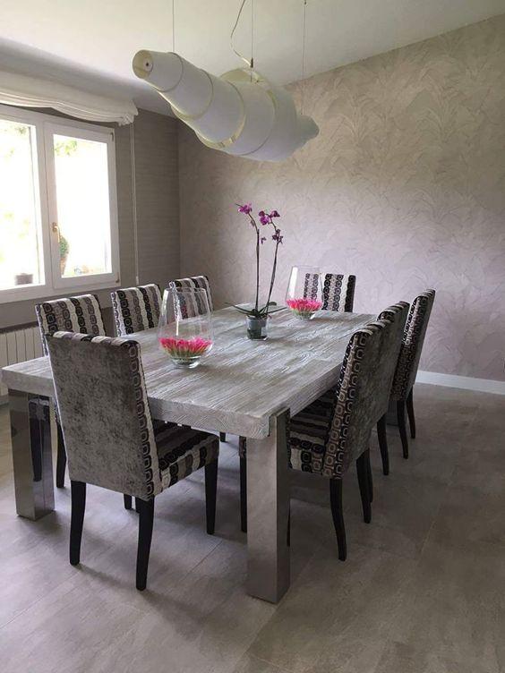 Mesa retangular com lustre em formato de casulo.