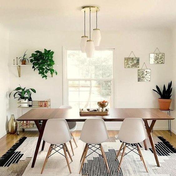 Sala de jantar branca com artigos decorativos coloridos.