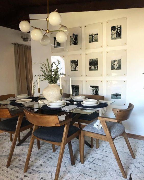 Mesa de jantar de vidro com vaso médio de planta.