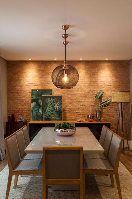 Sala de jantar decorada com cores amadeiradas.