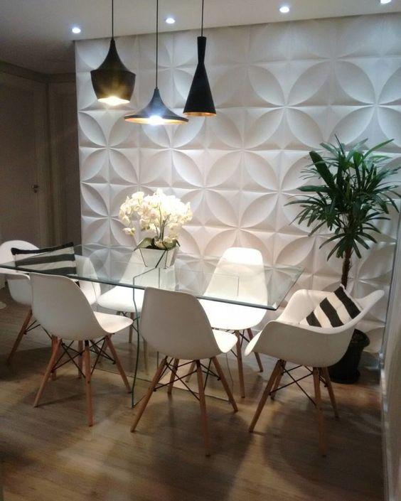 Mesa inteira feita de vidro ao lado de parede branca de textura.