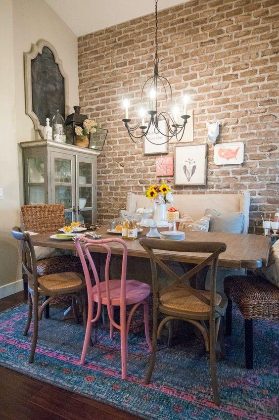 Sala de jantar exótiva com cadeiras diferentes e coloridas.