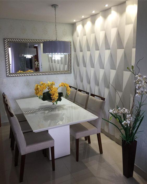 Sala de jantar decorada com vasos de plantas e parede de textura branca.