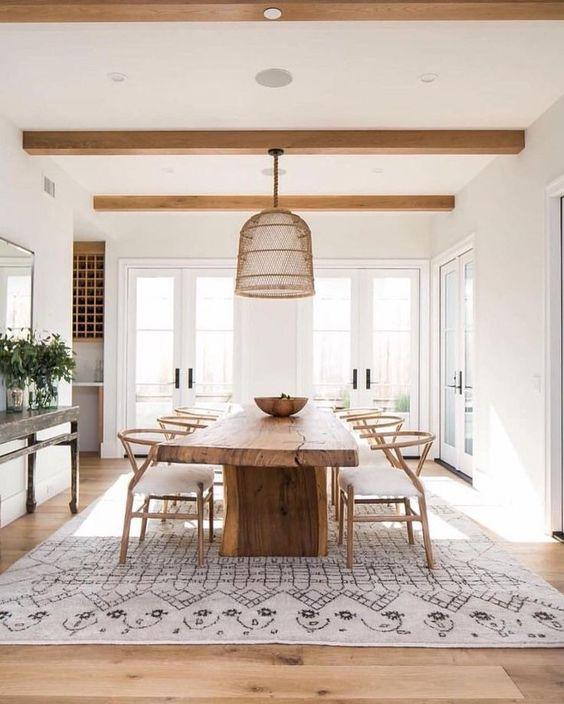 Sala de jantar decorada em branco e madeira.