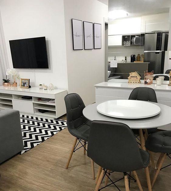 sala pequena com cadeiras eames