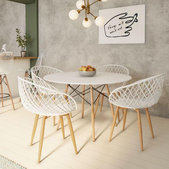 parede de cimento queimado com porcelanato branco e cadeiras