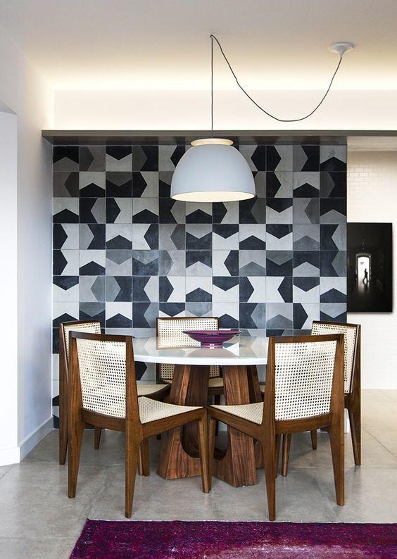 sala de jantar com azulejos preto e branco.