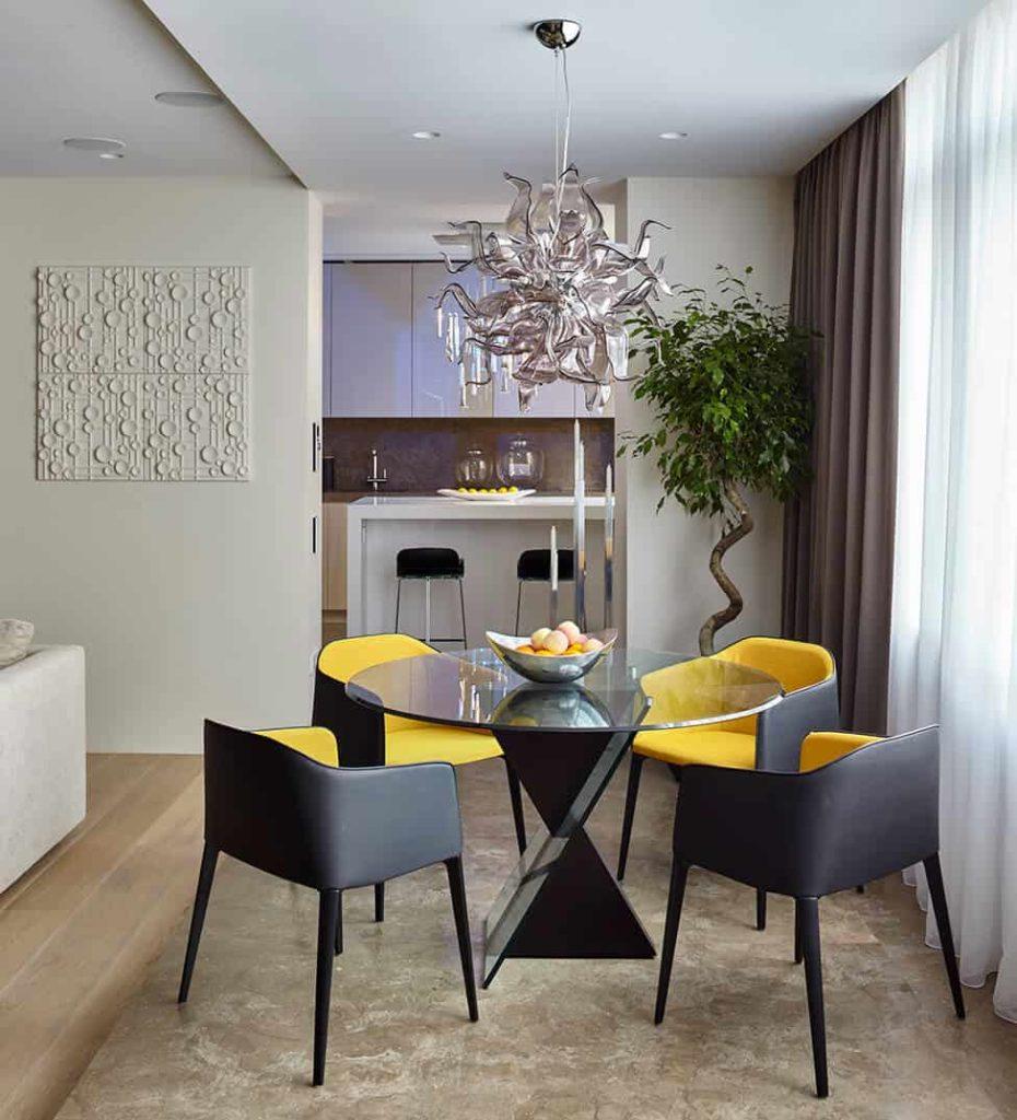sala de jantar pequena com cadeira amarelo e preta.
