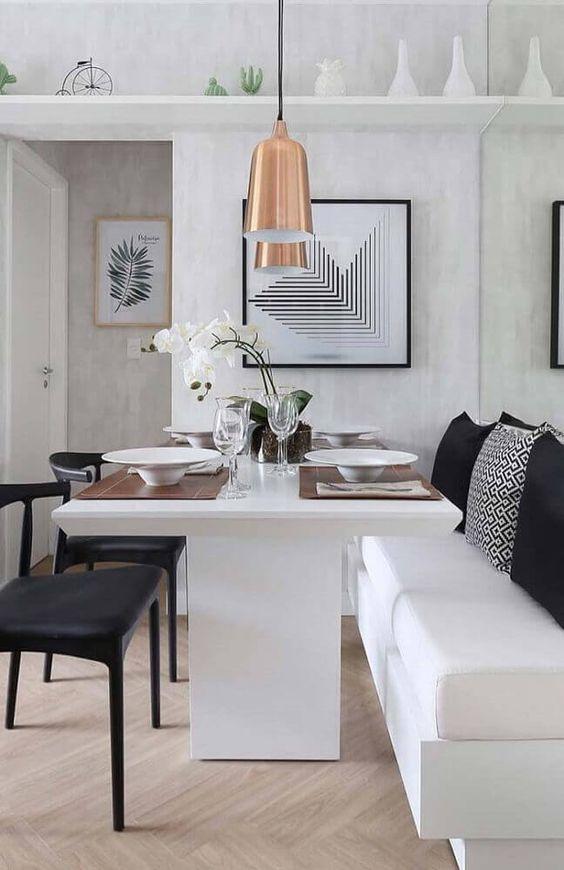 sala de jantar pequena com canto alemão em preto e branco.
