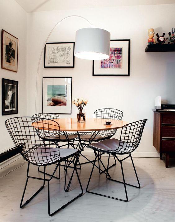 sala de jantar com cadeiras aramadas