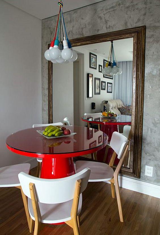 mesa redonda em laca vermelha com pendentes coloridos.