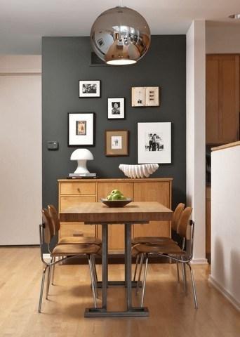 sala de jantar pequena com parede cinza.