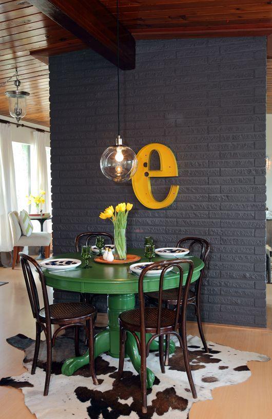 sala de jantar pequena com mesa verde