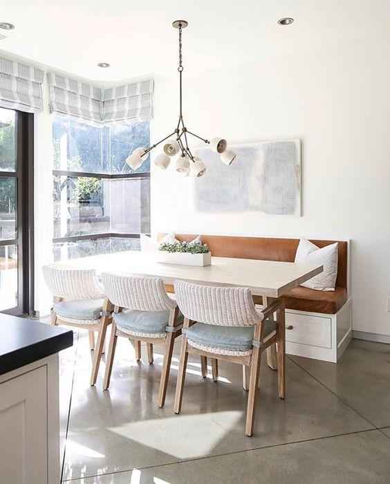 sala de jantar pequena com pendente moderno