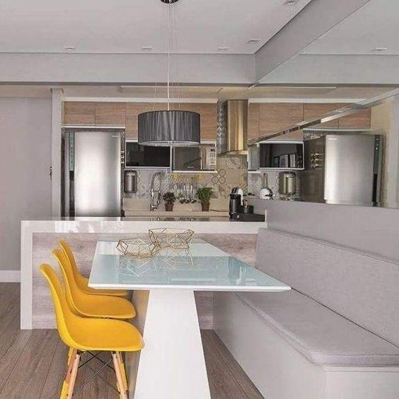 sala de jantar com cadeiras amarelas.
