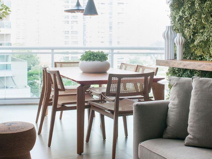 sala de jantar com cadeira de palhinha.