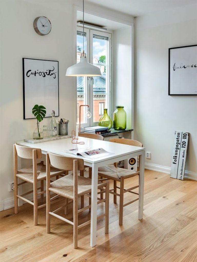 sala de jantar pequena com piso de madeira.