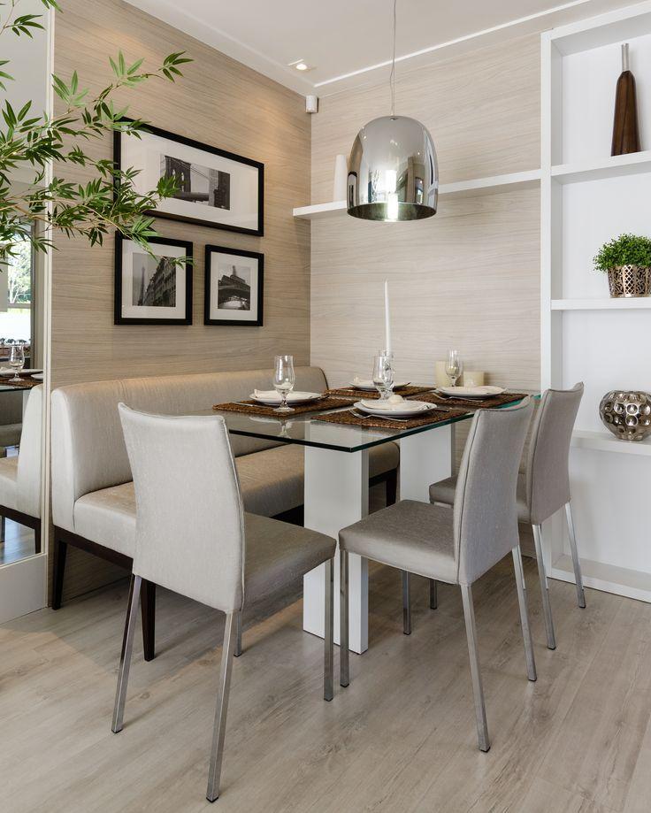 sala de jantar pequena com sofá neutro.
