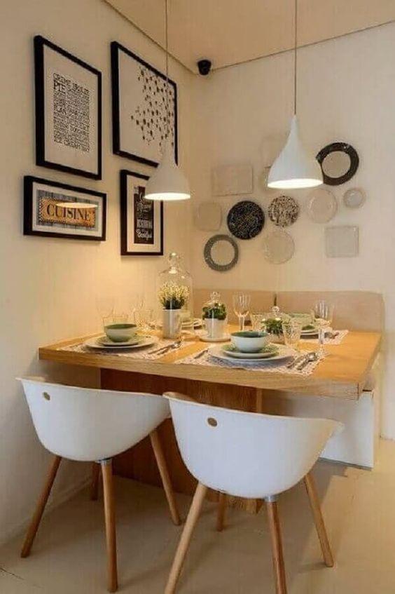 sala de jantar pequena com pratos na parede.