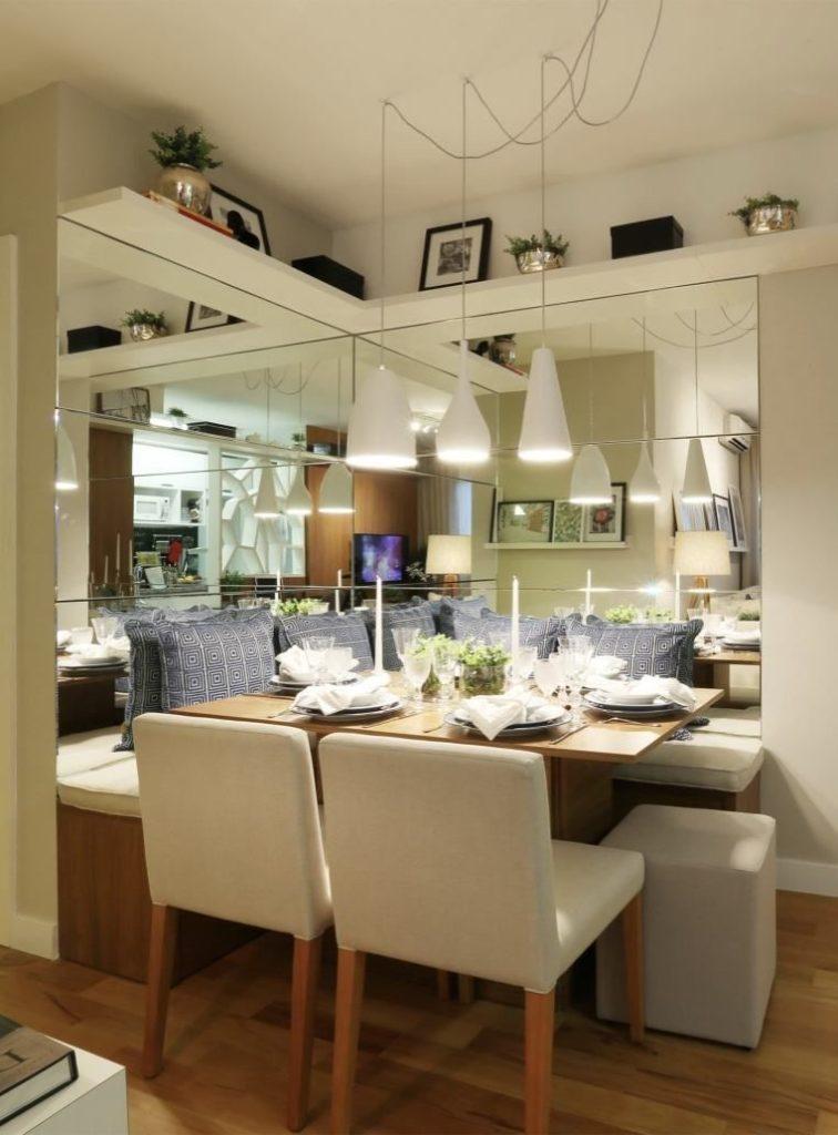 sala de jantar pequena com canto alemão e espelho