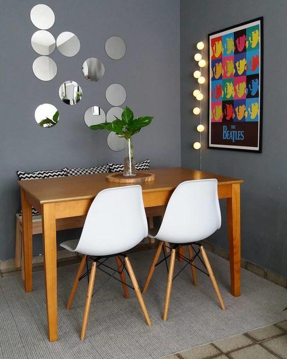 sala de jantar pequena com banco de madeira longo