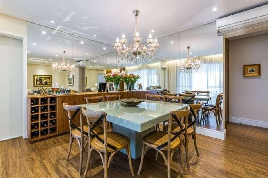 sala de jantar com adega em madeira.