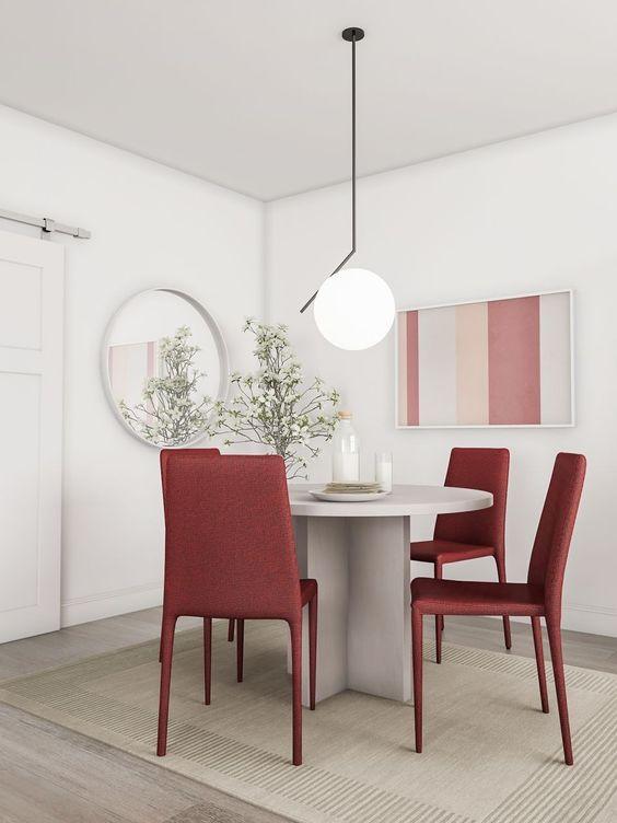 cadeiras rosas e mesa branca