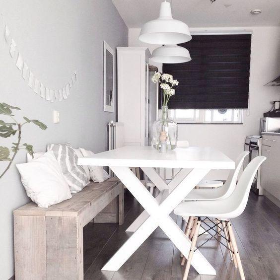 sala de jantar pequena com banco de madeira rustica
