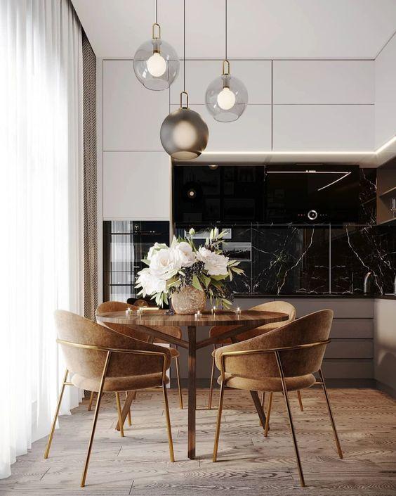 frontão da parede em mármore e cadeiras marrom.