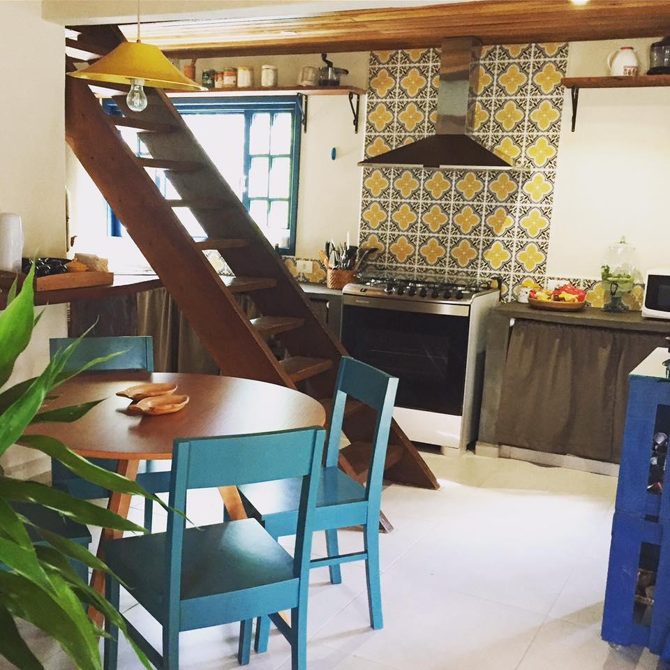 Azulejo português em amarelo, azul e branco foi usado numa faixa da cozinha.