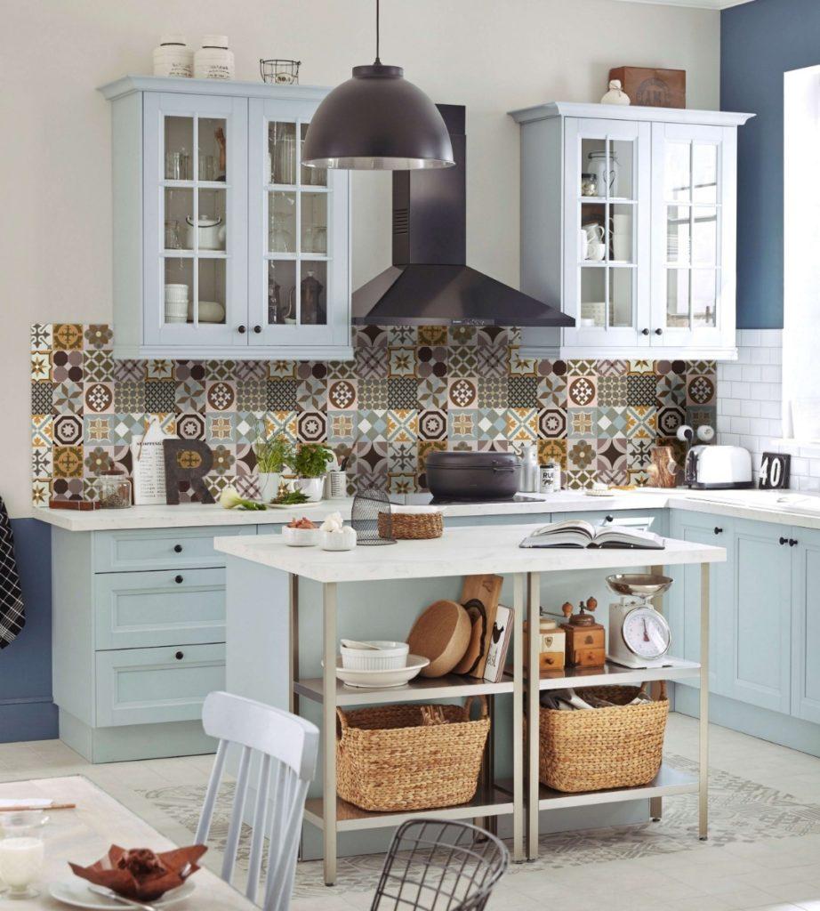 Cozinha com ilha e azulejo português.