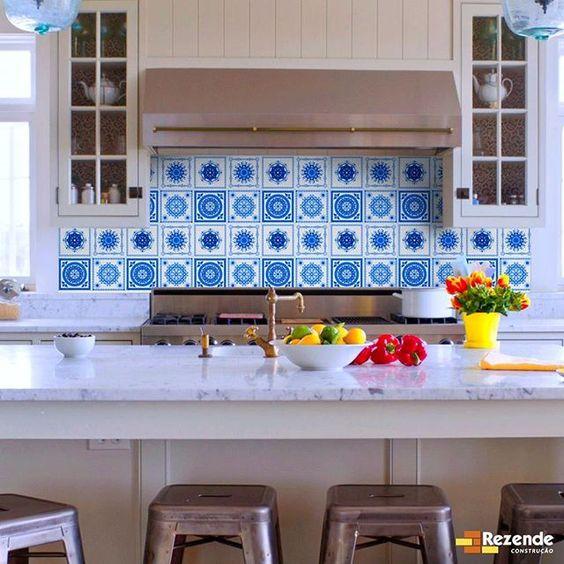 Cozinha com azulejo português em azul e branco.