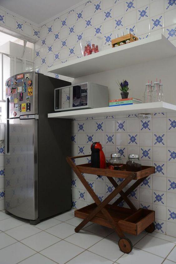 Cozinha com azulejo português com estampa azul.