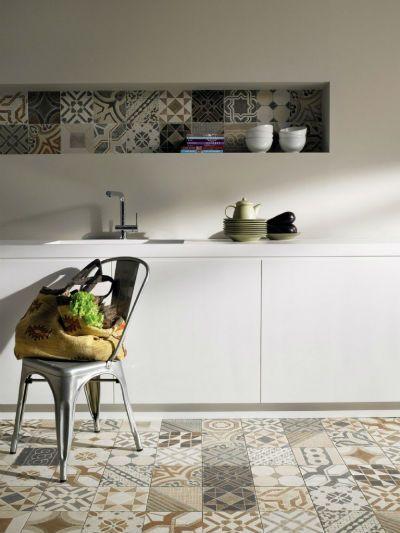Cozinha com ladrilho hidráulico no piso e na parede.