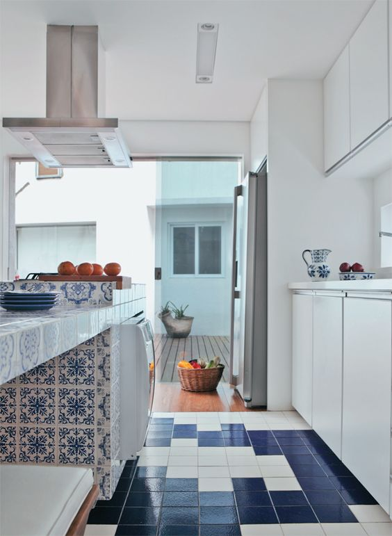 Cozinha com ilha e revestimento português.