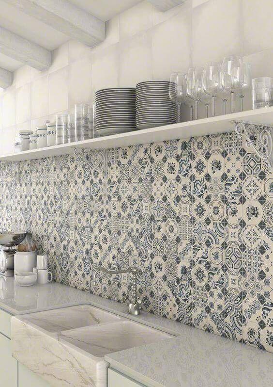 Cozinha com frontão em azulejo português.