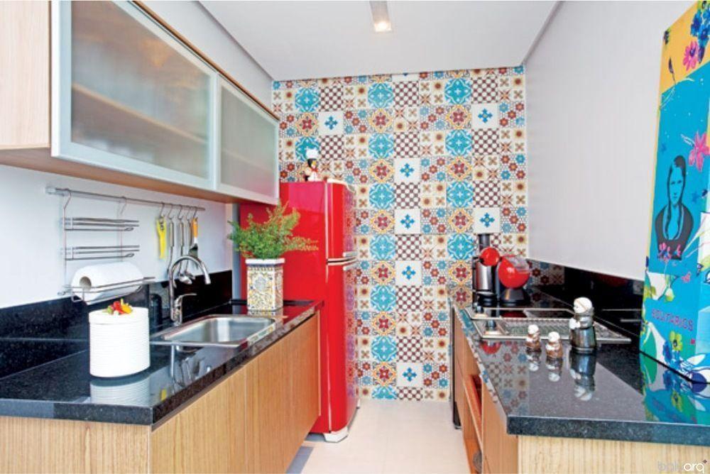 Azulejo português supercolorido na parede de destaque.