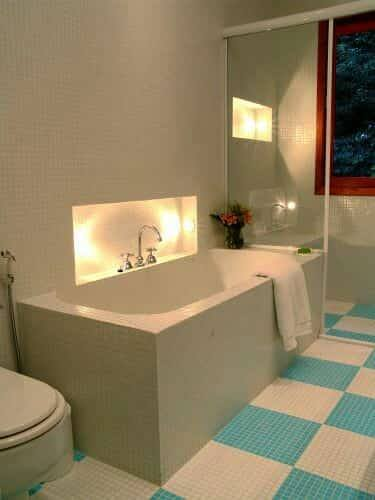 banheira de cimento com luz indireta