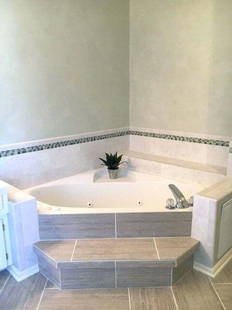 banheira de canto com azulejo simples