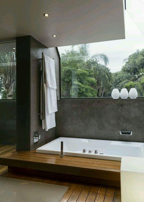 banheiro com banheira e deck de madeira