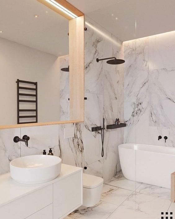 banheiro com mármore e banheira